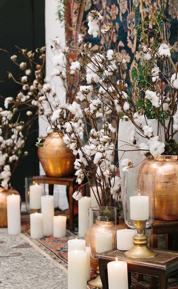 Ramos de algodoeiros para decorar o espaço na festa de Bodas de Algodão do Casal