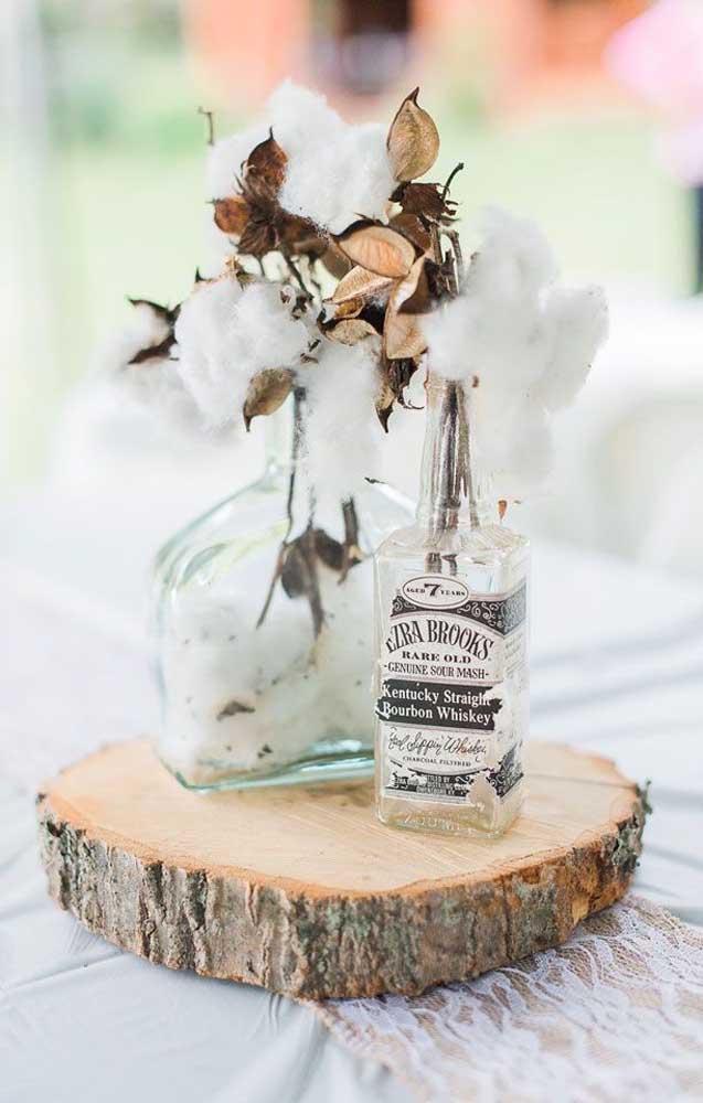 Garrafinhas recicladas decoradas com algodoeiros para o centro de mesa da festa