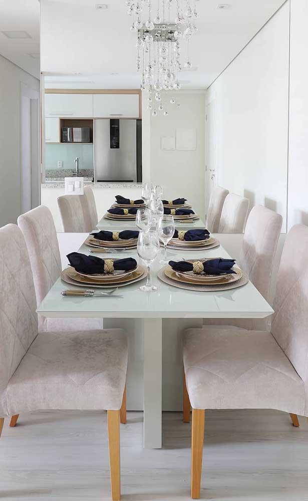 Olha o efeito de profundidade e amplitude que o espelho traz para essa sala de jantar; repare que a peça foi colocada na linha da mesa