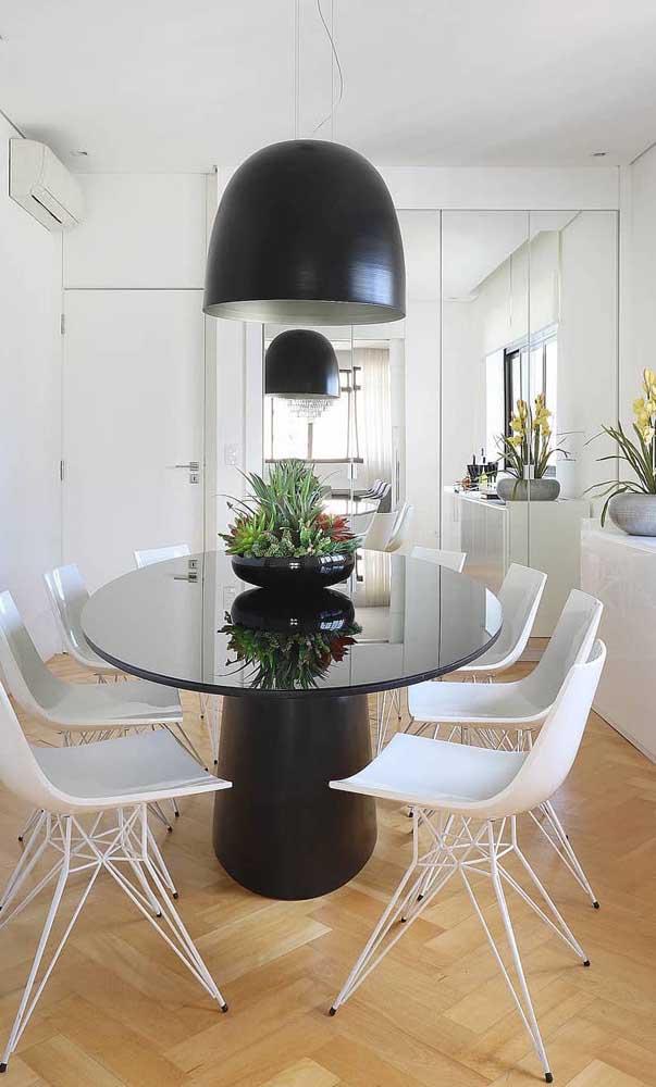 Uma parede coberta com espelhos refletindo o que há de melhor na decoração da sala de jantar