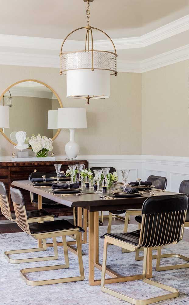 Sala de jantar moderna e elegante decorada com espelho redondo; perceba que a peça conversa diretamente com a luminária
