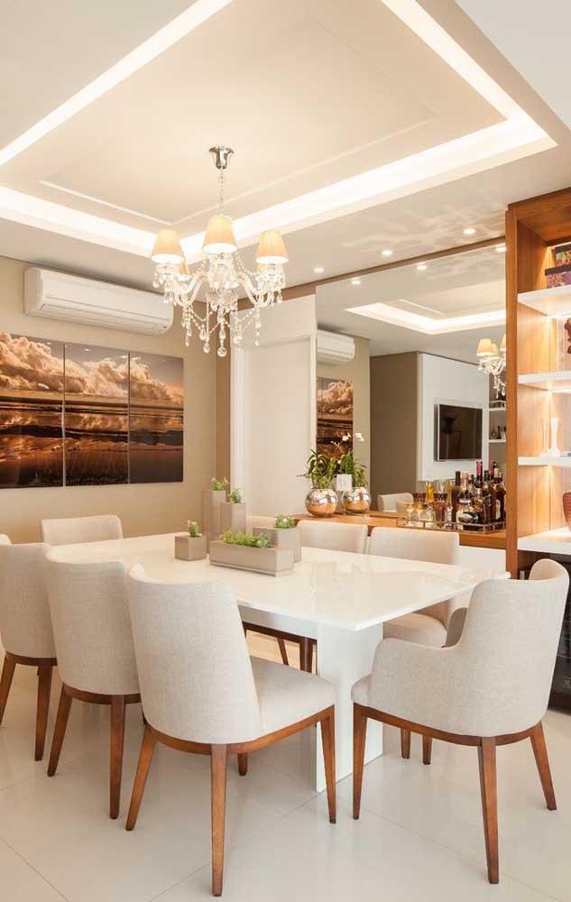Sala de jantar com espelho e aparador: um clássico na decoração