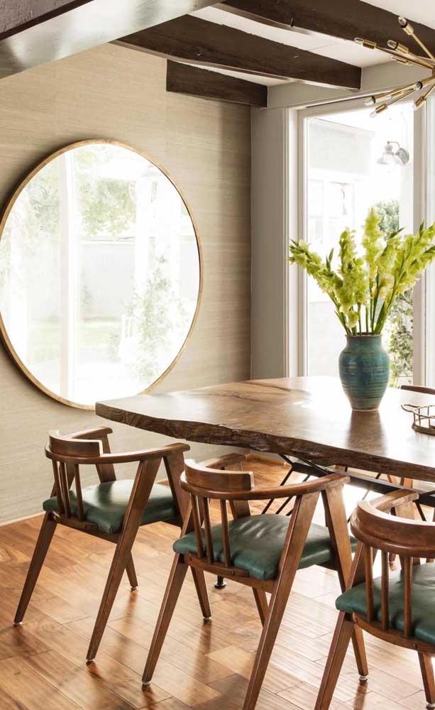 Espelho grande e redondo na frente da mesa de jantar: uma inspiração para quem deseja arrasar na decor