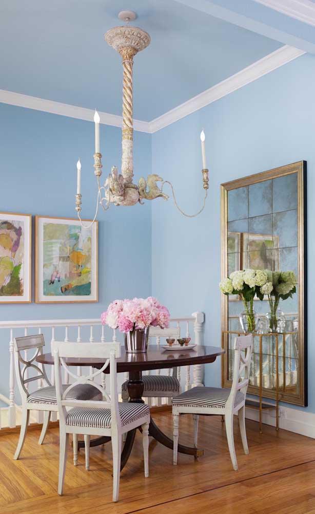 Espelhos desenhados ou com aplicação também são ótimas pedidas para a sala de jantar