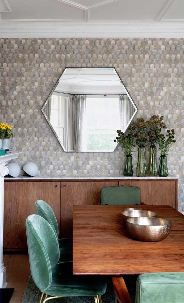 Linda inspiração de espelho bisotado em formato hexagonal para a sala de jantar