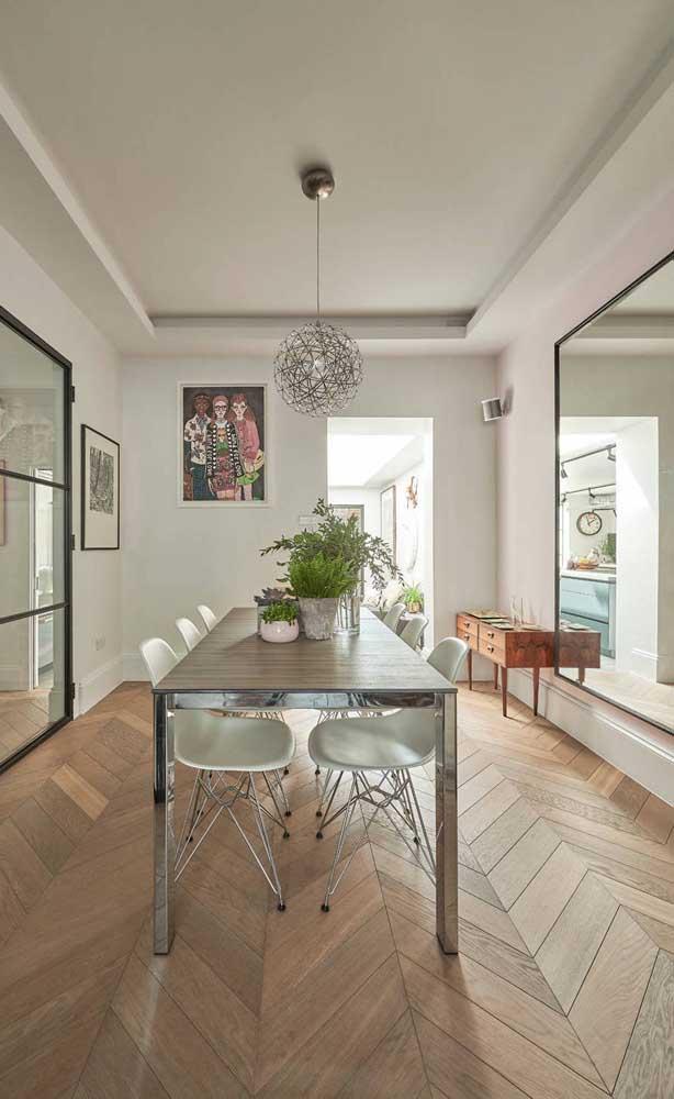 Sala de jantar clean e minimalista decorada com espelho grande; repare na moldura super fininha e delicada usada na peça