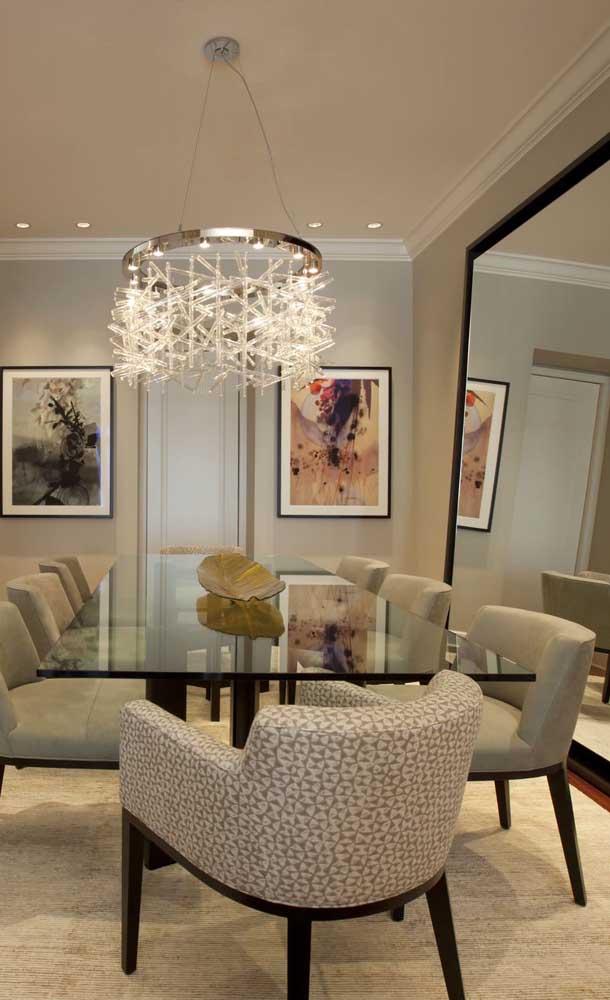 Que incrível essa sala de jantar decorada com espelho grande no chão!