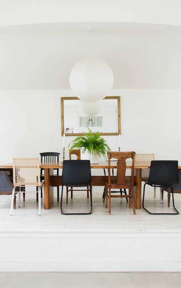 Espelho retangular para a sala de jantar ampla e espaçosa
