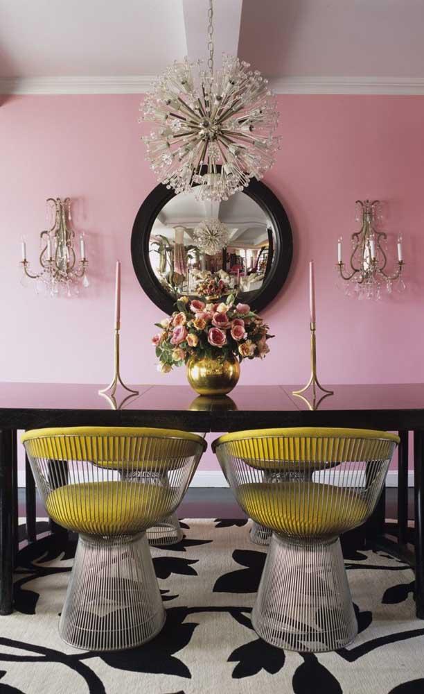 Aqui nessa sala de jantar, o espelho redondo enche o ambiente de personalidade e estilo
