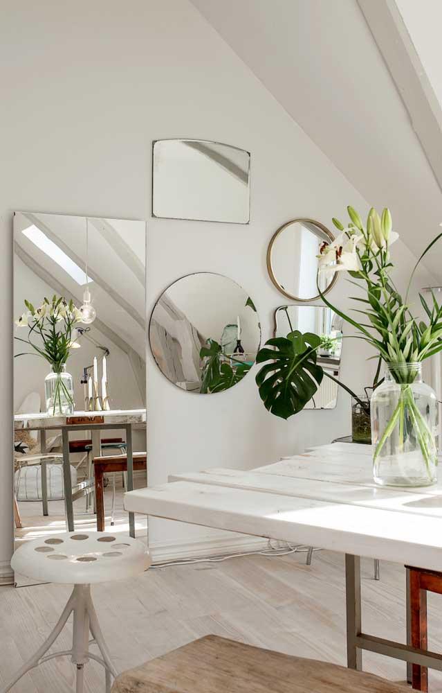 Harmonia e equilíbrio nessa composição variada de espelhos na parede da sala de jantar