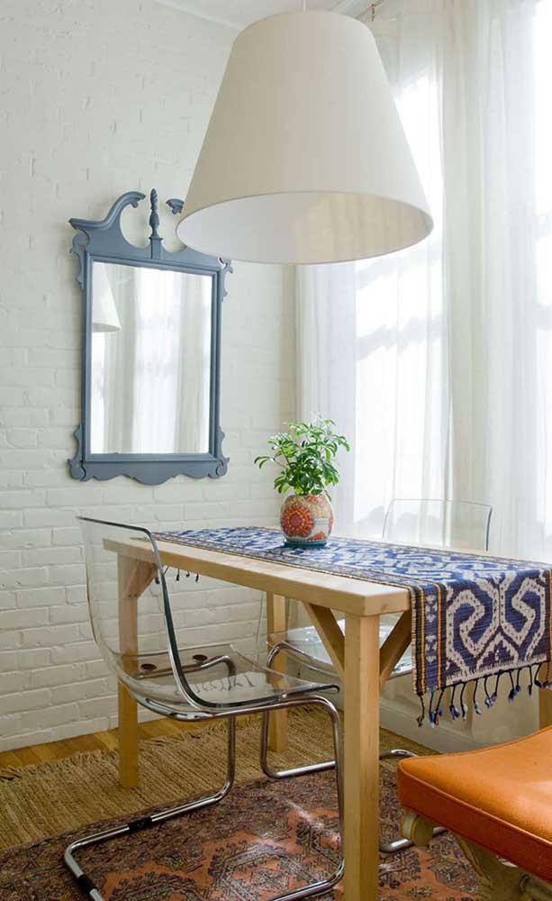Um espelho pequeno, mas super estiloso para essa sala de jantar