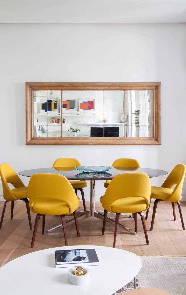 Espelho com moldura de madeira para sala de jantar