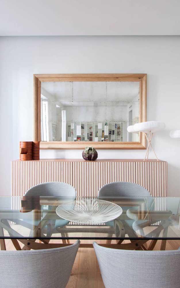 Sala de jantar decorada com espelho e buffet: casalzinho perfeito!