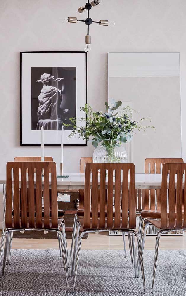 E o que acha de compor uma parede da sala de jantar com quadro e espelho?