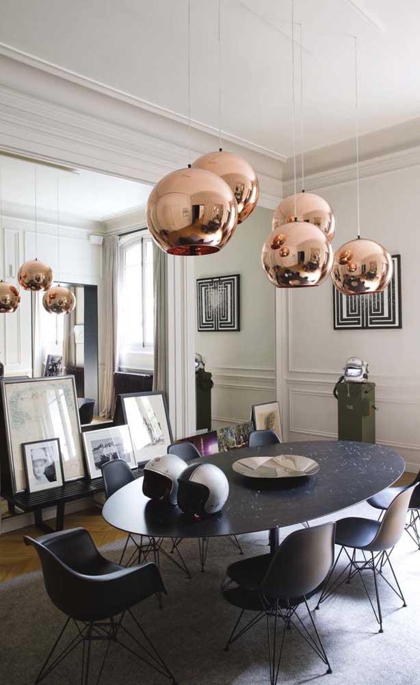 O espelho que ocupa toda a parede da sala de jantar reflete o ambiente a frente fazendo com que a luz se espalhe ainda melhor pela casa