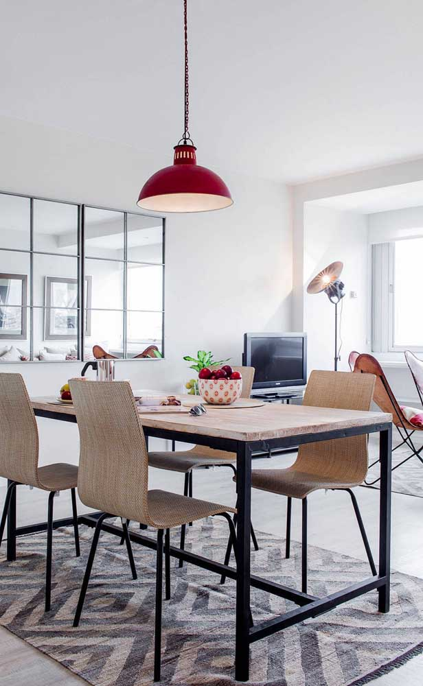 Dois espelhos divididos por vários quadrados menores formam essa composição super interessante para a sala de jantar