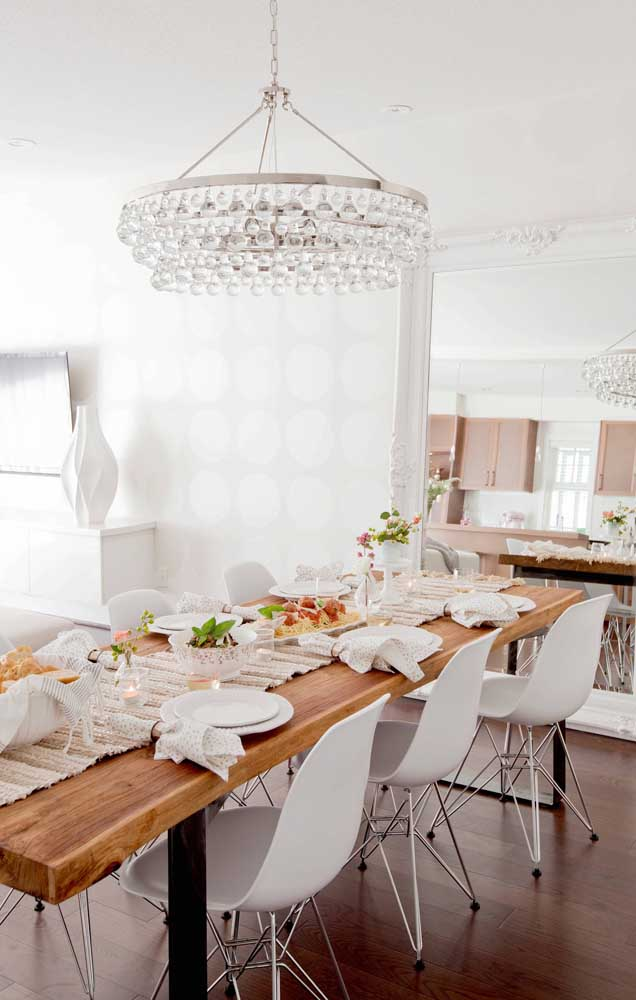 Sala de jantar decorada com um lindo espelho grande de moldura de gesso