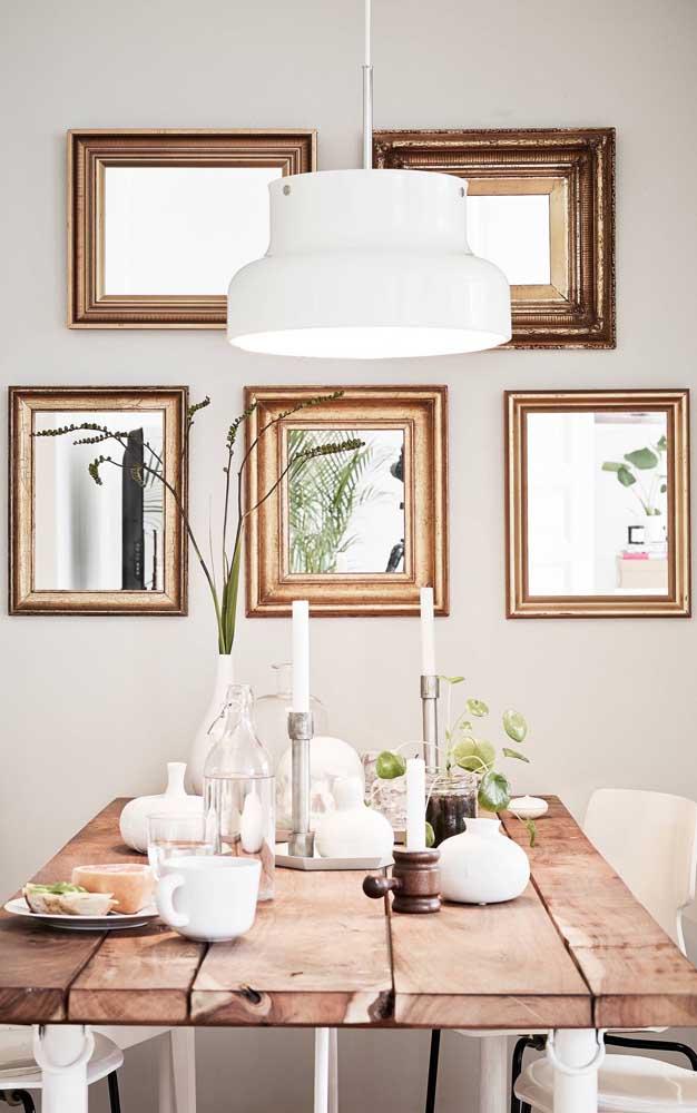 Composição uniforme de espelhos pequenos na parede; destaque para as molduras que valorizam a proposta