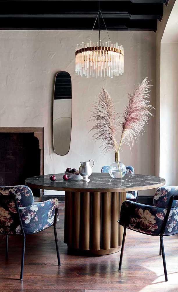 Sala de jantar contemporânea decorada com espelho pequeno oval