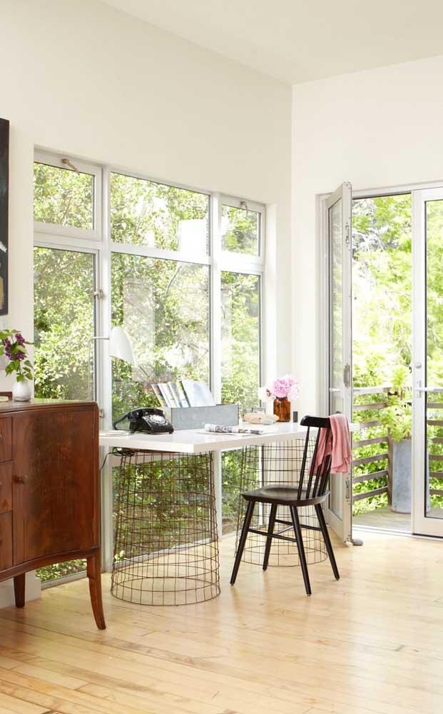Portas e janelas de alumínio são o destaque desse ambiente super arejado e iluminado