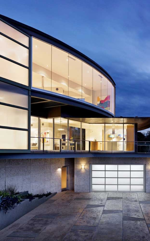 As esquadrias de alumínio tomam conta dessa fachada super moderna
