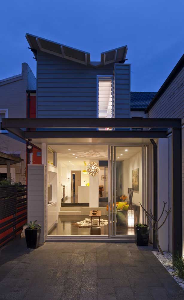 A porta de correr de alumínio garante a integração total entre os ambientes interno e externo da casa