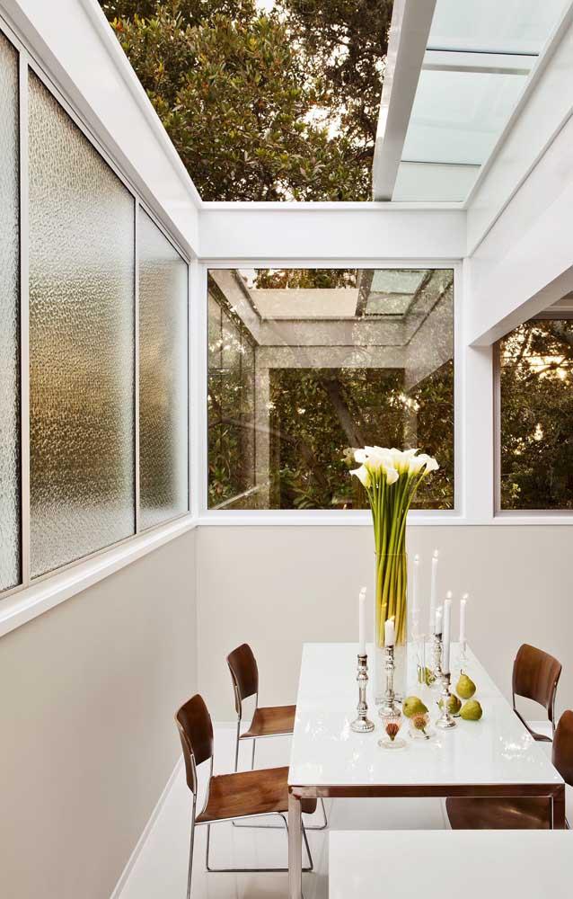 Vidro fosco e vidro comum para as esquadrias de alumínio dessa varanda