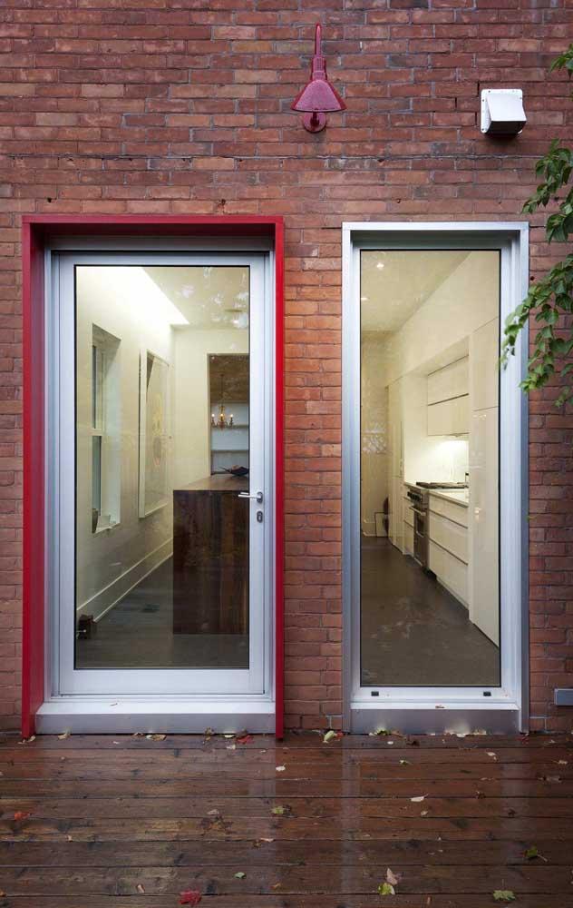 O vidro inteiriço garantiu o visual clean e moderno da esquadria de alumínio