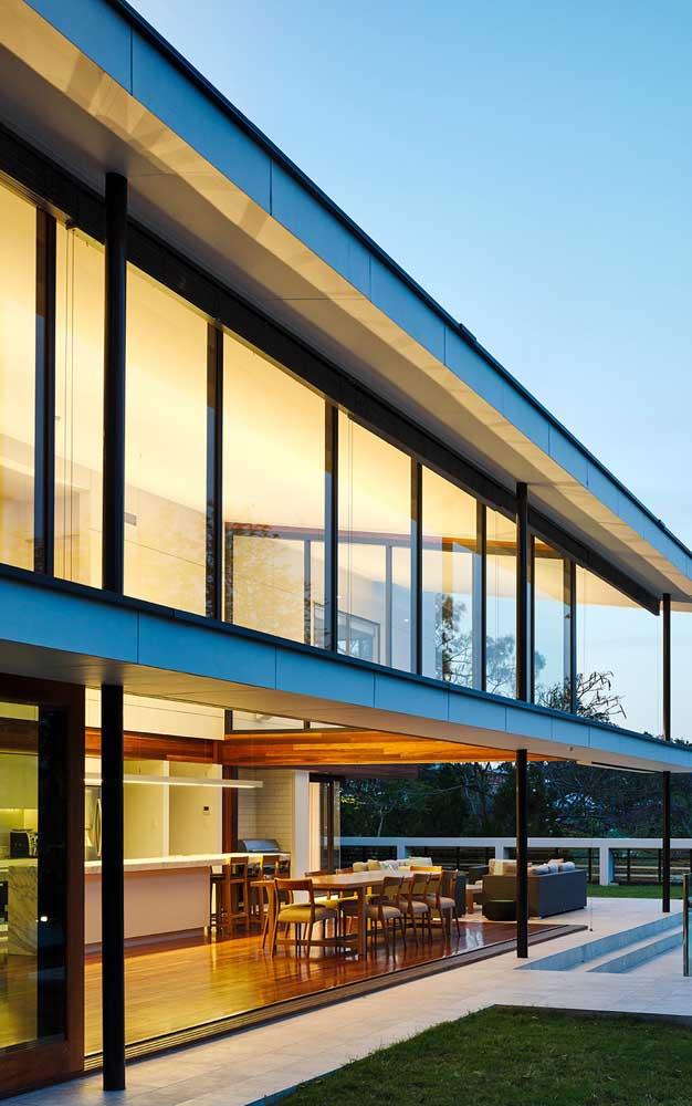 Esquadrias de alumínio preto compõe a fachada dessa casa moderna