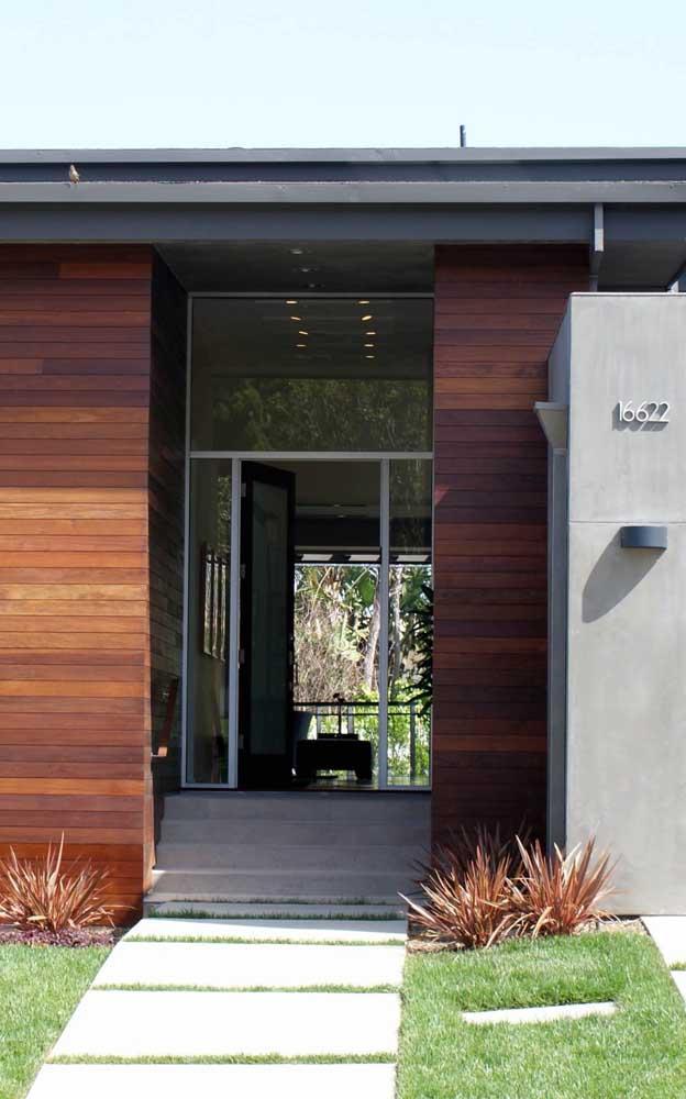 Lindo contraste entre o vidro, o alumínio e a madeira nessa fachada
