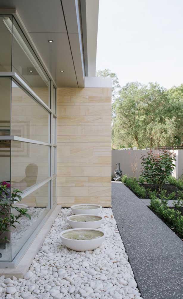 Esquadria de alumínio para o vão que separa o lado externo do interno da casa; repare que a solução deixa o ambiente clean e moderno