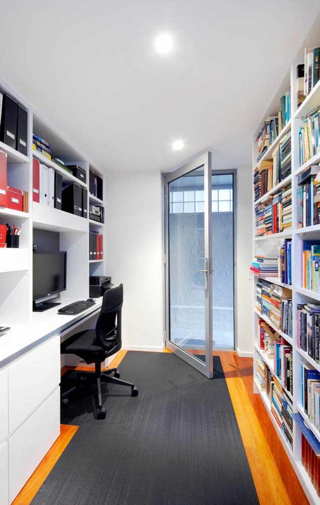 Para o home office, a opção foi por uma porta de abrir feita com esquadria de alumínio na cor natural