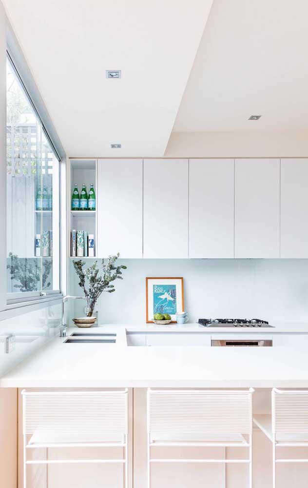 A cozinha ficou mais iluminada com a esquadria de alumínio em tamanho grande