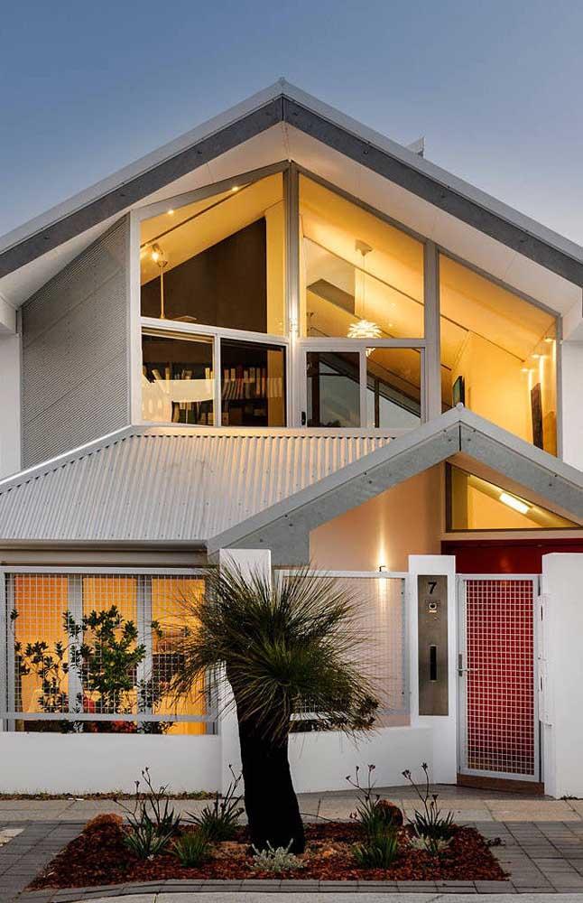 As esquadrias de alumínio garantem a neutralidade necessária para a fachada dessa casa