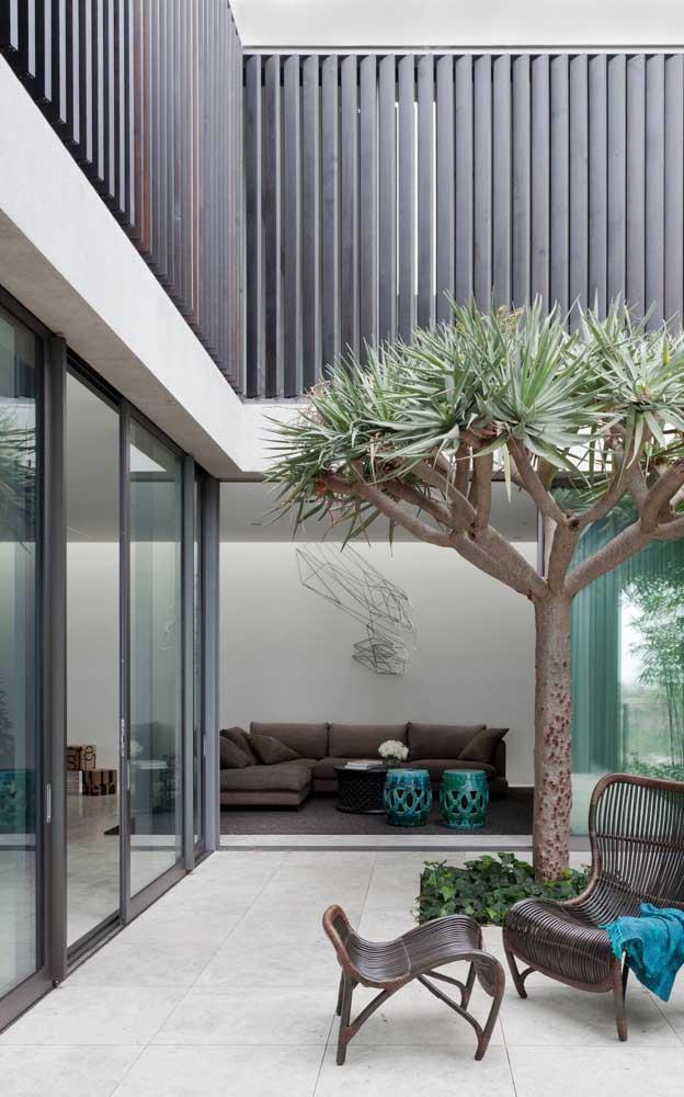 Esquadrias de alumínio marrom para combinar com os demais detalhes da fachada