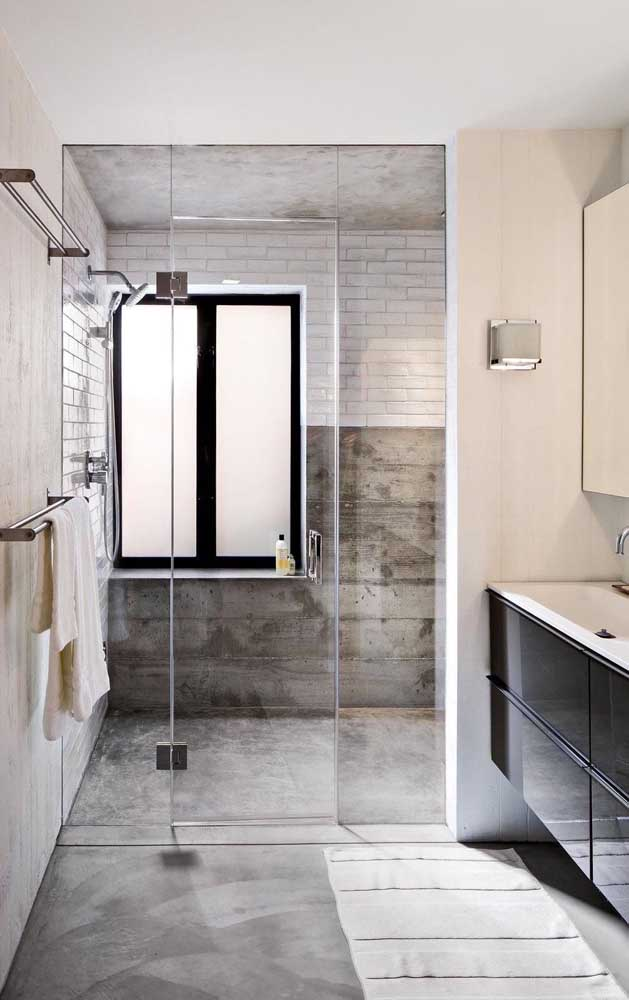 Janela de correr de alumínio para o banheiro; o vidro fosco garante a privacidade
