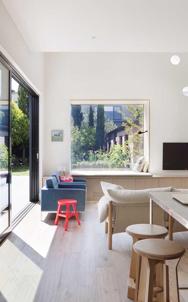 Sala de estar com porta de correr de alumínio na cor preta