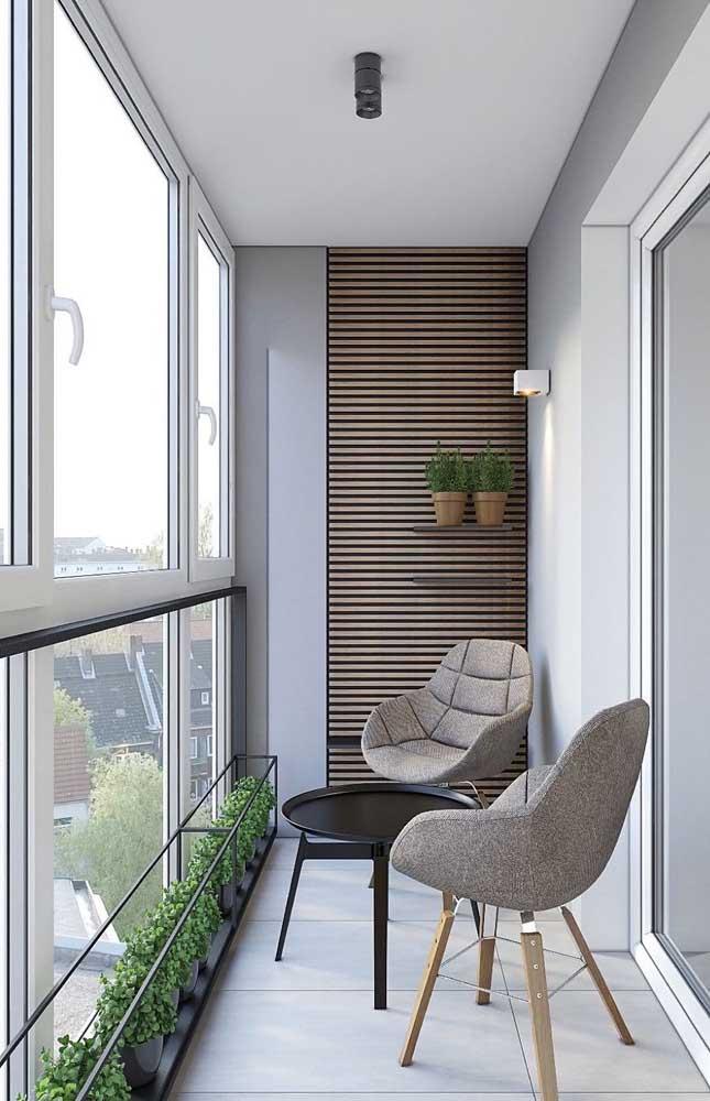 Esquadrias de alumínio para o fechamento dessa pequena varanda de apartamento