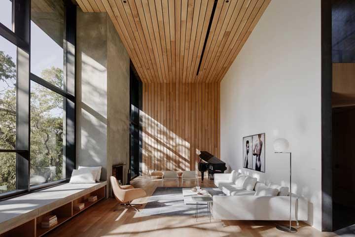 Luminosidade total nessa sala graças a ampla abertura com esquadria de alumínio preto