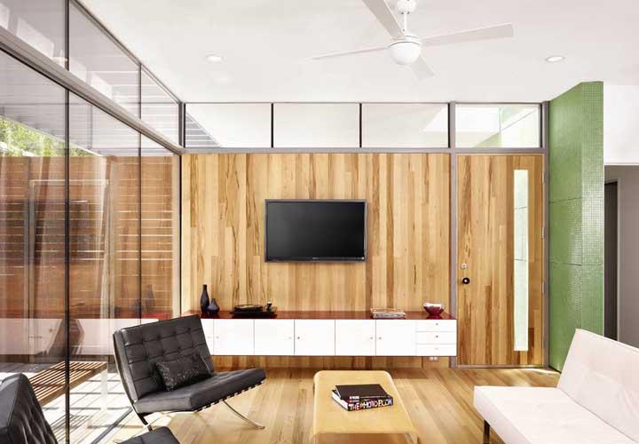 As esquadrias de alumínio garantiram o toque moderno e elegante do home office; repare que em uma das partes foi usado madeira ao invés de vidro