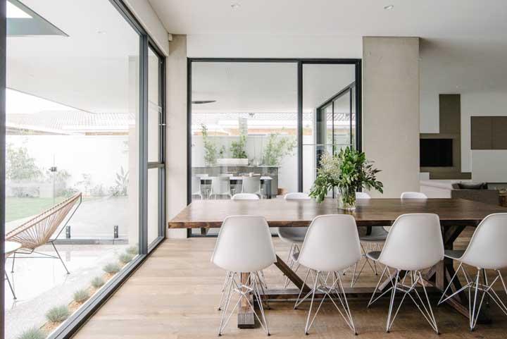 Portas de correr de alumínio fazem a integração e divisão dos ambientes dessa casa