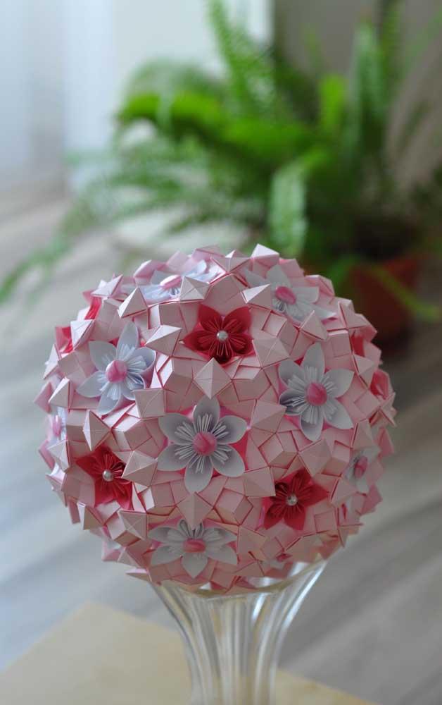 Modelo lindo de Kusudama de flor, com pérolas no centro de cada Kusudama e completado por flores de tecido em diferentes cores, ornando entre o vermelho, branco e rosa