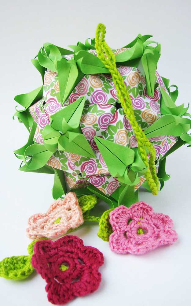 Opção de Kusudama em um modelo de diagrama diferente, com dobraduras internas estampadas e flores de crochê nas pontas