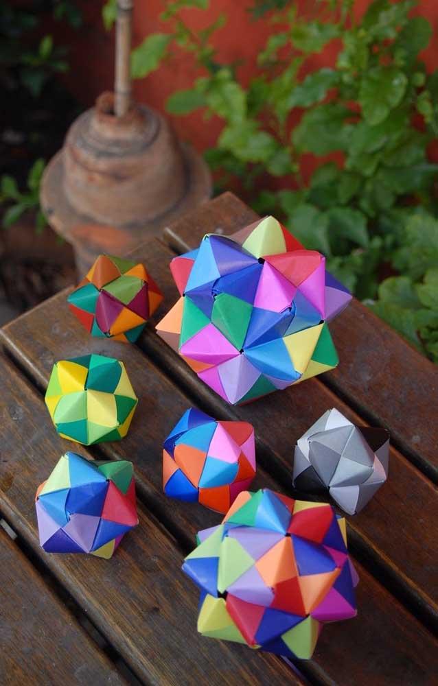 Kusudama ball fechado com papéis coloridos e em tamanhos diferentes para aumentar a sensação de movimento nas peças