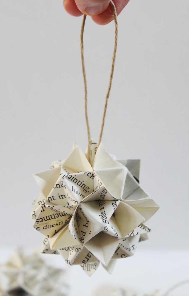 Modelo de kusudama simples, feita com o pedaço de uma página de revista, o modelo ideal para quem está começando essa arte