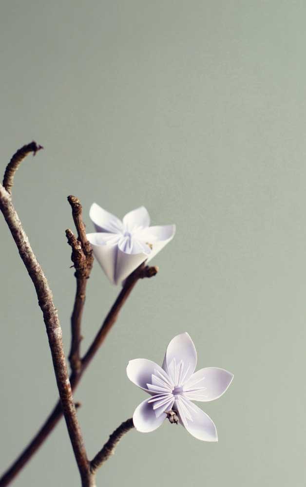 Quem disse que só vale se o Kusudama estiver na esfera? As flores de Kusudama podem ser usadas para decorar unitariamente, como neste galho seco