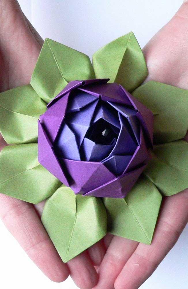 Modelo lindo de flor com base em folhas, feita em Kusudama roxo e lilás