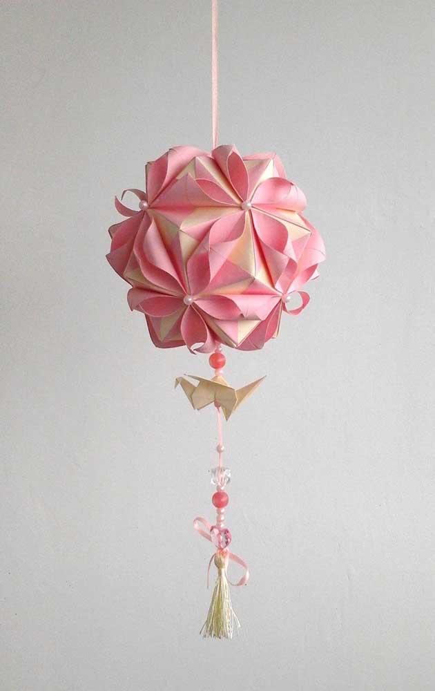 Opção de Kusudama delicada, com origami na ponta, perfeita para presentear ou pendurar no quarto