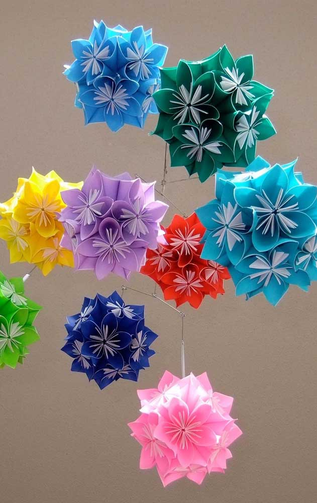 Opção de Kusudama ball aberto em cores e tamanhos diferentes; repare que nesse modelo é possível notar as dobras internas do papel