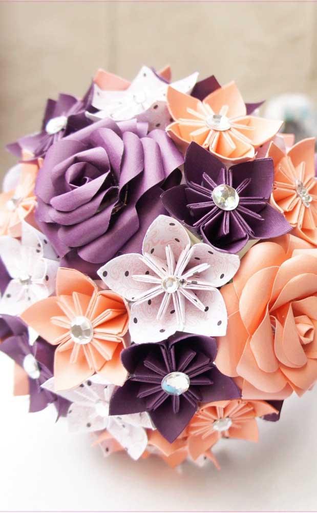 Esse Kusudama pode ser usado, inclusive, como buquê de casamento, com destaque para os botões de rosa em meio aos origamis unidos